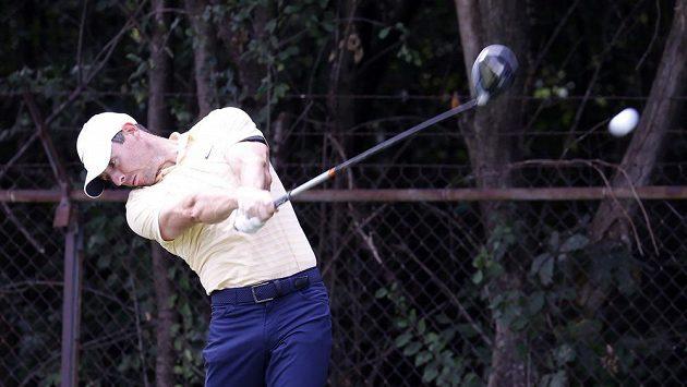 Severoirský golfista Rory McIlroy odpaluje na turnaji PGA Tour BMW Championship.