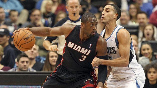 Dwyane Wade (vlevo) se vrátil do sestavy Miami po dvouzápasové zdravotní pauze.