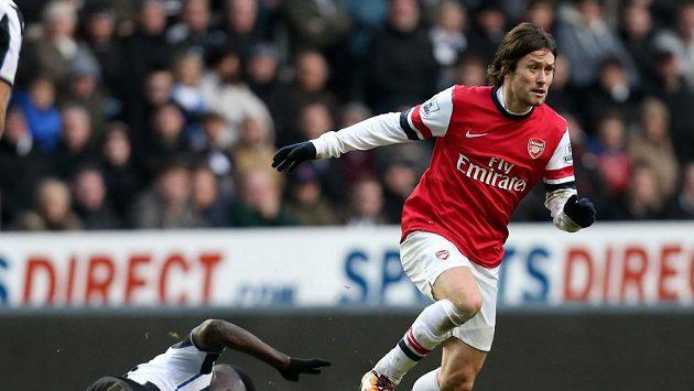 Záložník Arsenalu Tomáš Rosický v duelu s Newcastlem.