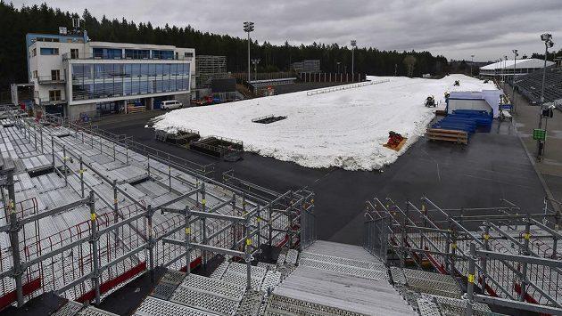 V biatlonovém areálu Vysočina Arena už se chystají na Světový pohár. Tribuny však zůstanou prázdné.