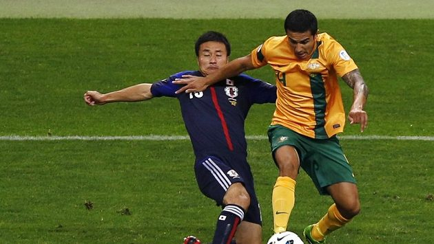 Tim Cahill z Austrálie (vpravo) bojuje s Japoncem Jasujuki Konnym.