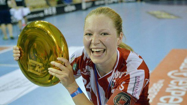 Kapitánka Ida Sundberg z Pixbo s trofejí pro vítězky florbalového turnaje Czech Open.