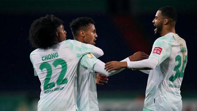Fotbalista Werderu Brémy Theodor Gebre Selassie uprostřed slaví gól v pohárovém zápase s Hannoverem
