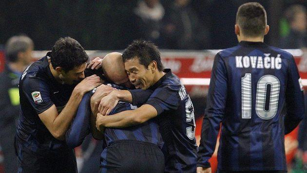 Yuto Nagatomo (druhý zprava) z Interu Milán slaví se spoluhráči gól proti Livornu.