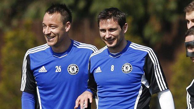 Frank Lampard z Chelsea (vpravo) se spoluhráčem Johnem Terrym se radují z postupu.