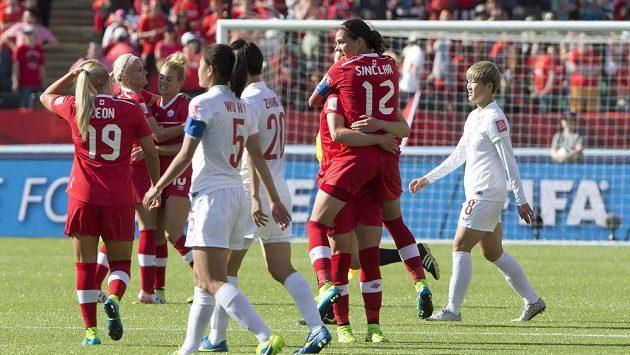 Kanaďanka Sinclairová oslavuje se spoluhráčkami na MS gól proti Číně.