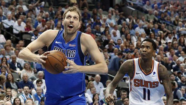 Basketbalista Dallasu Mavericks Dirk Nowitzki (41) v akci během utkání NBA proti Phoenixu Suns.