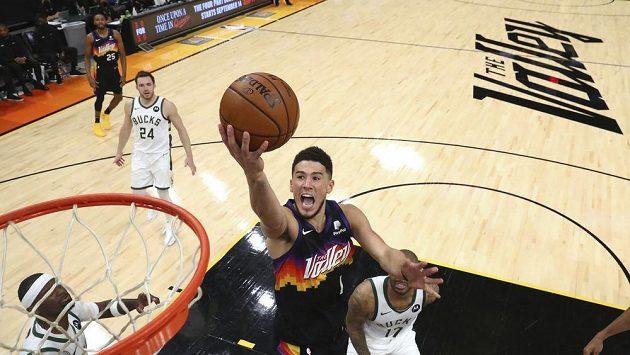 Devin Booker z Phoenixu se prosazuje v pátém finále NBA proti Milwaukee.