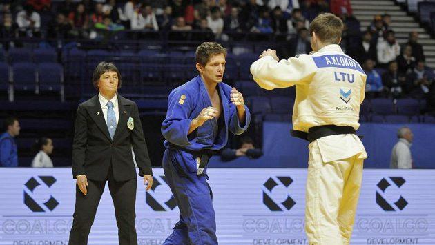 Český reprezentant Pavel Petřikov (v modrém) porazil 21. dubna v 1. kole kategorie do 60 kilogramů na mistrovství Evropy v judu v Kazani Litevce Andreje Klokova (v bílém).