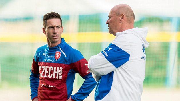 Milan Petržela (vlevo) a asistent kouče Miroslav Koubek na tréninku fotbalové reprezentace.