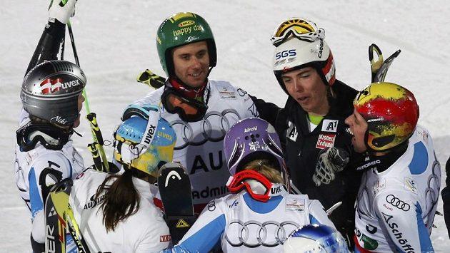 Radost rakouských lyžařů, kteří vyhráli týmovou soutěž na domácím mistrovství světa.