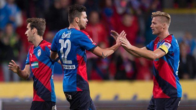 Plzeňský útočník Michal Ďuriš (uprostřed), Václav Procházka (vpravo) a Tomáš Hořava oslavují gól.