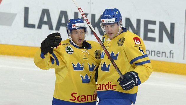 Švédská radost. Linus Klasen (vlevo) jásá po gólu proti Finům s Patrikem Hersleyem.