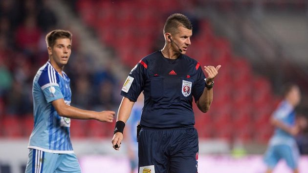 Rozhodčí Michal Paták během utkání Slavia - Mladá Boleslav.