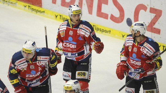 Radoslav Tybor z Pardubic (uprostřed) se raduje se spoluhráči z gólu na ledě Zlína.