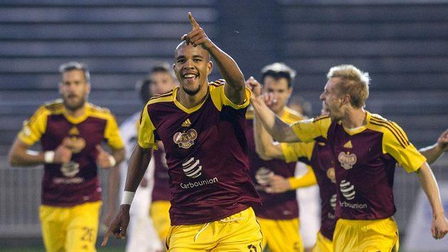 David Jean Beauguel z Dukly (uprostřed) se raduje z gólu.