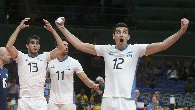 Argentinci Bruno Lima (vpravo) a Ezequiel Palacios se radují z výhry nad Rusy.