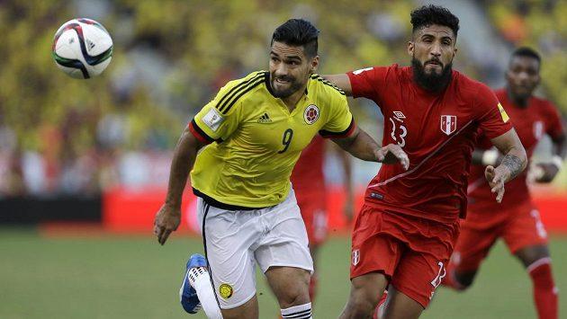 Kolumbijský útočník Radamel Falcao (vlevo) uniká Josepmirovi Ballonovi z Peru.