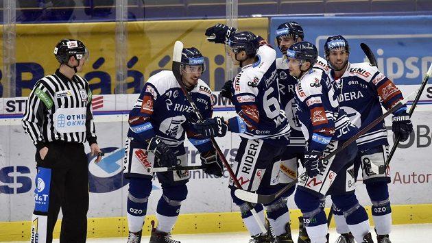 Hokejisté Vítkovic se radují z gólu.