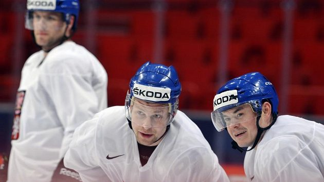Útočník Petr Vrána (vlevo) na tréninku české reprezentace ve Stockholmu.