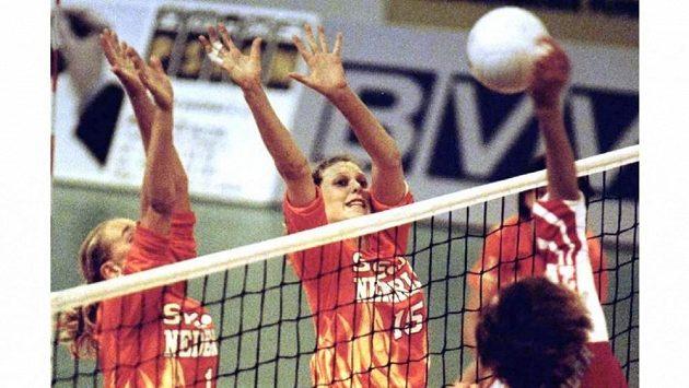 Nizozemská reprezentantka Ingrid Visserová (uprostřed) na archivním snímku z utkání s Lotyšskem.