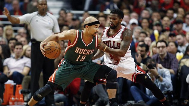 Basketbalista Milwaukee Bucks Jerryd Bayless (19) v souboji s Aaronem Brooksem z Chicaga (0).