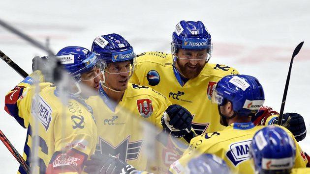 Hokejisté Českých Budějovic se radují z třetího gólu.