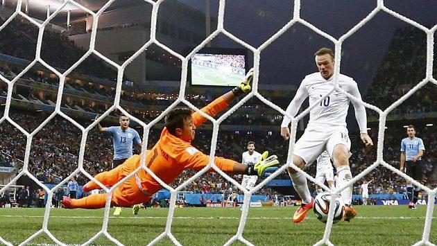 Wayne Rooney (vpravo) skóruje proti Uruguayi.