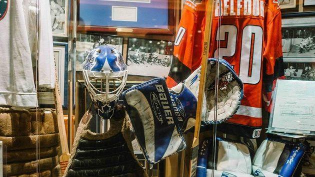 Hokejová výstroj bývalého hokejového gólmana Eda Belfoura.