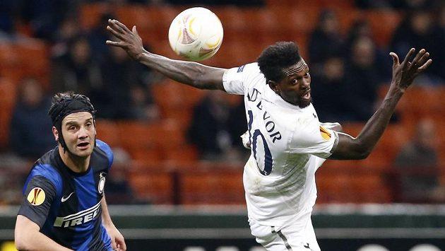 Emmanuel Adebayor (vpravo) z Tottenhamu Hotspur v utkání proti Interu Milán.