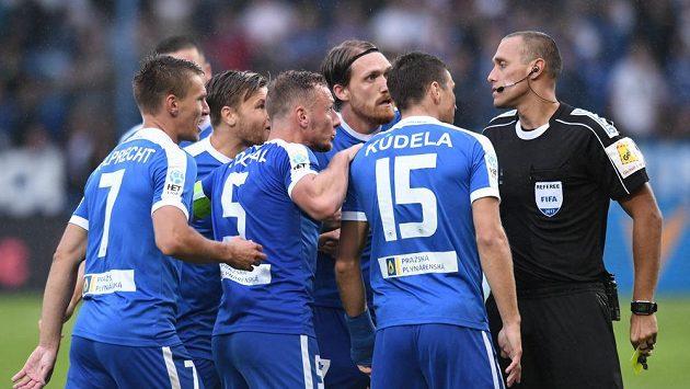 Sudí Miroslav Zelinka před rozhořčenými hráči Liberce.