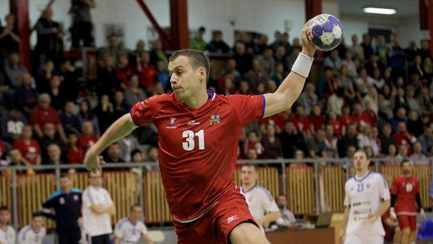 Český házenkář Tomáš Číp během duelu se Slovenskem.