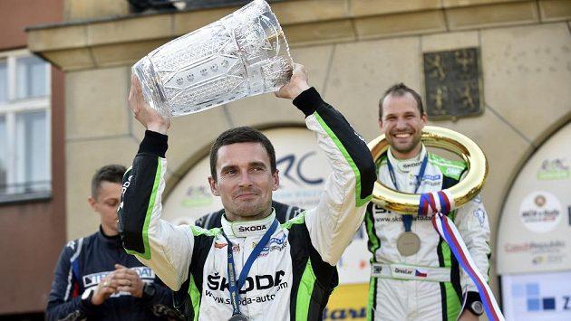 Jan Kopecký s trofejí pro vítěze Barum rallye, vpravo v pozadí jeho navigátor Pavel Dresler.