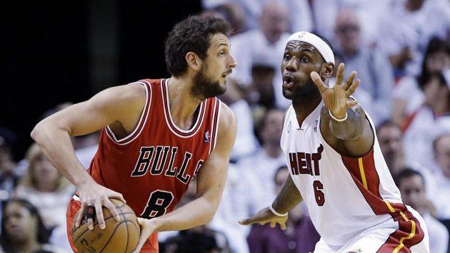 LeBron James (vpravo) pomohl k vítězství Miami 19 body.