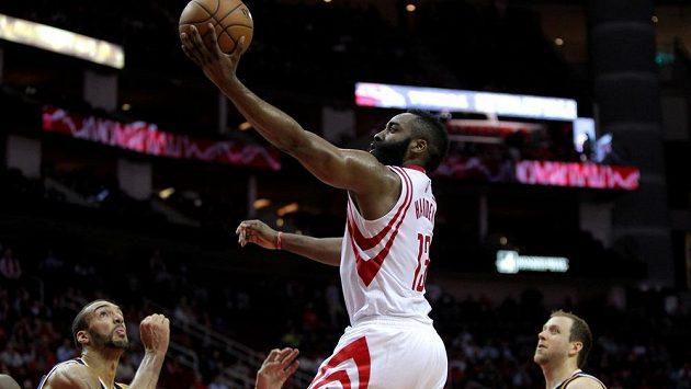 James Harden (13) z Houstonu zakončuje útočnou akci basketbalistů Houstonu.
