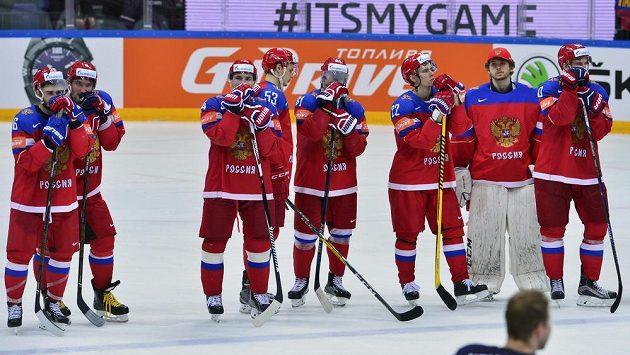 Zklamaní ruští hráči po semifinále MS, v němž podlehli Finsku 1:3.