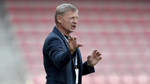 Trenér Sparty Praha Zdeněk Ščasný ordinuje týmu nový systém.