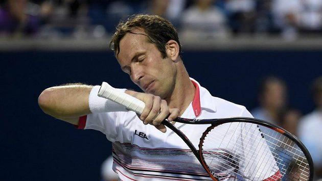 Český tenista Radek Štěpánek v duelu s Novakem Djokovičem v Torontu.