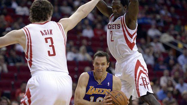 Rozehrávač Lakers Steve Nash (uprostřed).