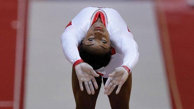 Zlatá Američanka Simone Bilesová při přeskoku.