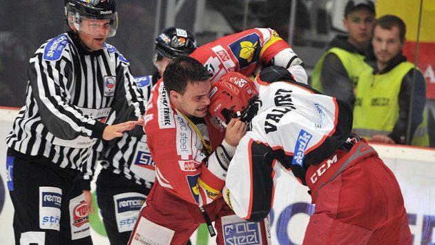 Pěstním soubojem okořenili zápas mezi Třincem a Hradcem Králové domácí Rostislav Klesla (vlevo) a Kanaďan Collin Valcourt v dresu Hradce.