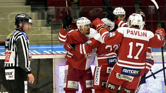 Slávističtí hokejisté se radují z gólu na ledě Karlových Varů, jehož autorem byl útočník Milan Mikulík (v hloučku vlevo).
