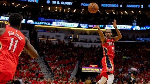 Rajon Rondo z New Orleans přihrává Jrueovi Holidayovi v utkání 2. kola play off NBA proti Golden State.