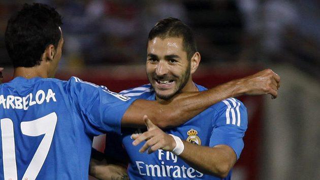 Útočník Realu Madrid Karim Benzema (vpravo) slaví gól proti Granadě. Vlevo mu přichází gratulovat spoluhráč Álvaro Arbeloa.
