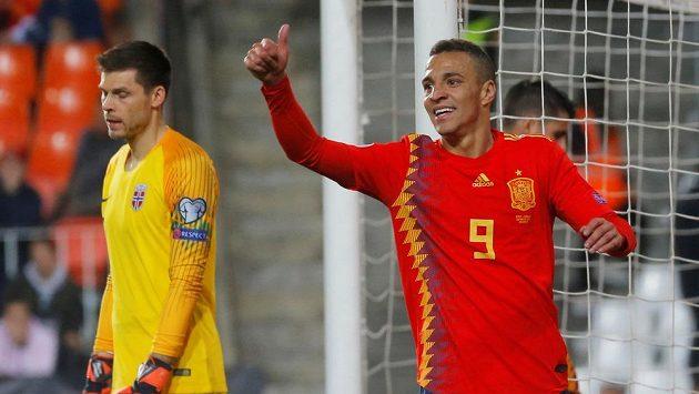 Jásající autor španělského gólu Rodrigo a norský brankář Rune Jarstein.