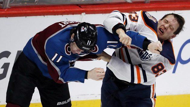 Obránce Edmontonu Matt Benning (vpravo) v bitce s útočníkem Colorada Mattem Calvertem.