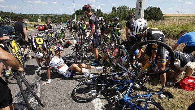 Třetí etapu Tour de France ovlivnil pád několika jezdců včetně lídra závodu Fabiana Cancellary.
