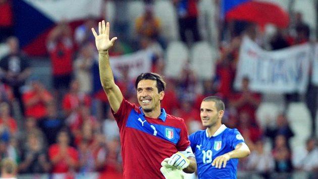 Brankář Gianluigi Buffon zdraví diváky po výhře nad Českem.