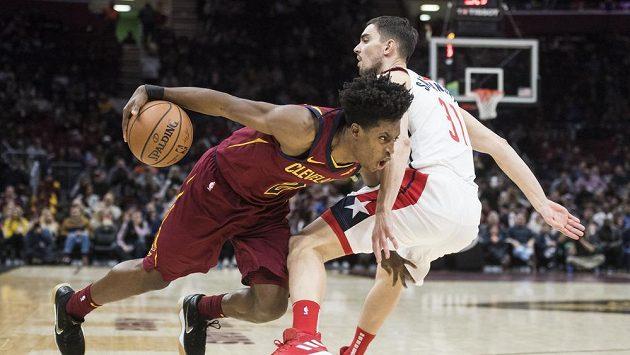 Collin Sexton z Clevelandu (vlevo) se snaží prosadit přes českého basketbalistu Washingtonu Tomáše Satoranského v zápase NBA.