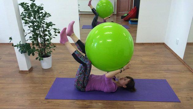 Cvičení na střed těla s míčem.